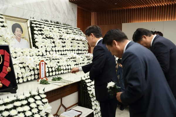 이재명 경기도지사가 12일 오후 서울 서대문구 신촌세브란스병원 장례식장에 마련된 김대중 전 대통령 부인 고(故) 이희호 여사의 빈소를 찾아 조문했다.