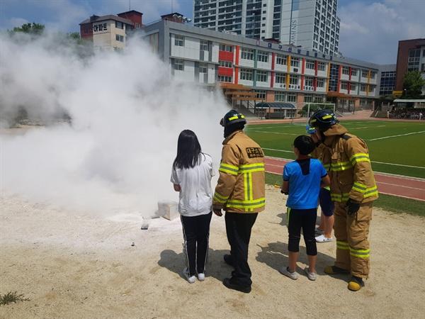 대구 신암초등학교 학생들이 소화기 활용 화재진압훈련을 하고 있다.