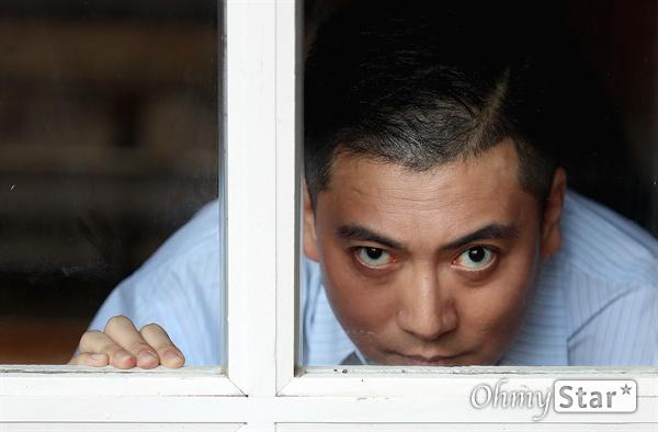 '기생충' 배우 박명훈 영화 <기생충>의 배우 박명훈이 12일 오후 서울 삼청동의 한 카페에서 진행된 인터뷰에서 포즈를 취하고 있다.