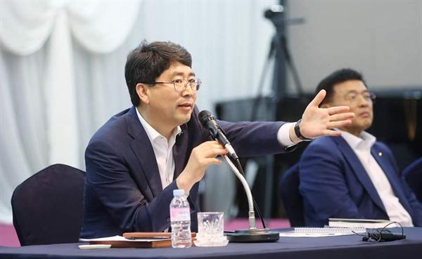 지난 3일 500여 명의 시민들이 참가한 가운데 열린 '서산시공용버스터미널 이전 및 수석지구 도시개발사업' 시민대토론회에서, 시민들의 의견에 답변하고 있다.