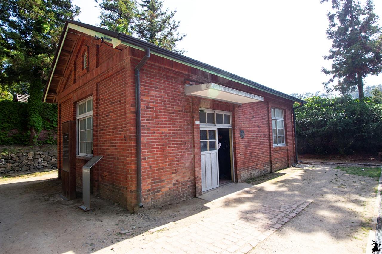 소록도의 검시실 1935년 건립된 검시실(檢屍室, 등록문화재 제66호)을 둘러봤다. 이곳은 해부실로도 사용되었다.