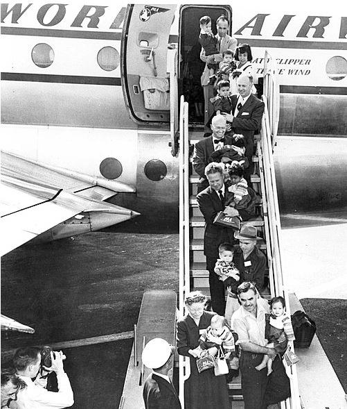 1950년대 한국에서 미국으로 해외입양 보내지는 아동들