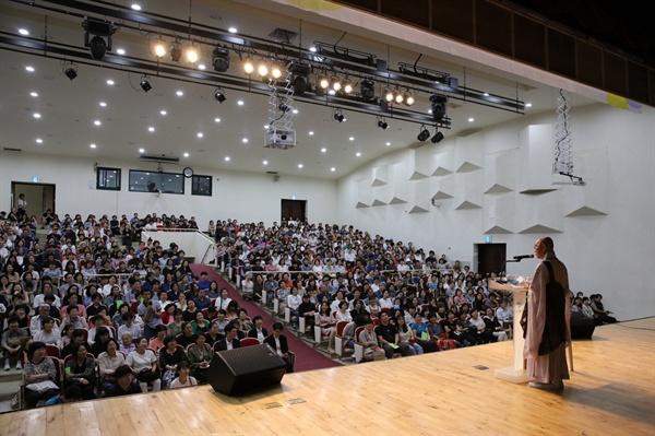 법륜 스님 법륜 스님이 강동구민회관에서 열린 즉문즉설 강연장에서 청중과 대화하고 있다.