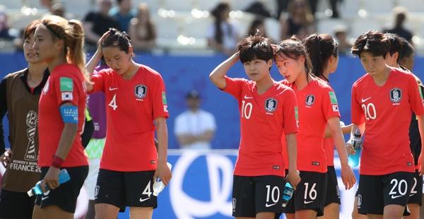 12일 오후(현지시간) 프랑스 그르노블 스타드 데잘프에서 열린 2019 국제축구연맹(FIFA) 프랑스 여자 월드컵 조별리그 A조 2차전 한국과 나이지리아의 경기에서 패한 한국 지소연 등 선수들이 아쉬워하고 있다.