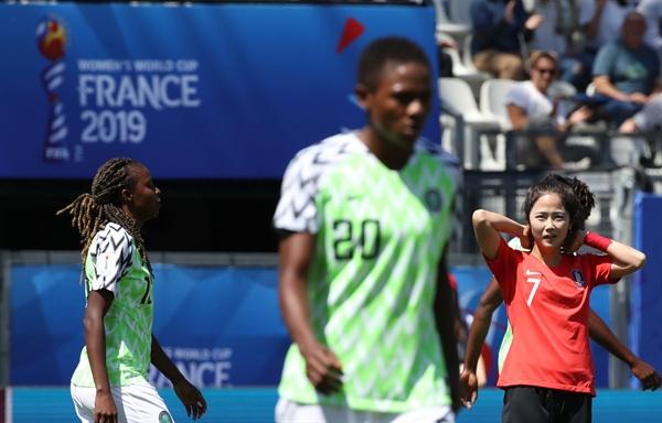 아깝네 12일 오후(현지시간) 프랑스 그르노블 스타드 데잘프에서 열린 2019 국제축구연맹(FIFA) 프랑스 여자 월드컵 조별리그 A조 2차전 한국과 나이지리아의 경기. 한국 이민아가 슛이 빗나간 뒤 아쉬워하고 있다.