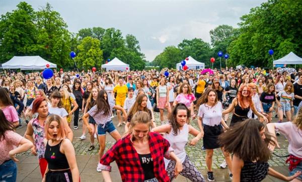 폴란드 바르샤바에서 열린 '코리아 페스티벌'에 참가한 사람들이 케이팝 플래시몹을 진행하고 있다.