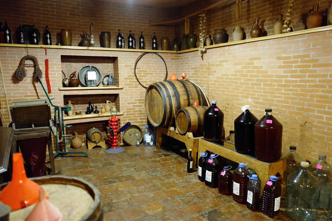 조지아 한 호텔 지하의 와인저장실      조지아 가정들은 직접 와이을 담그는 경우가 많다. 숙성중인 와인과 라벨링 기계, 압착기 , 병입기 등이 모두 갖춰져 있는 트빌리시 시내의 한 호텔의 와인셀러