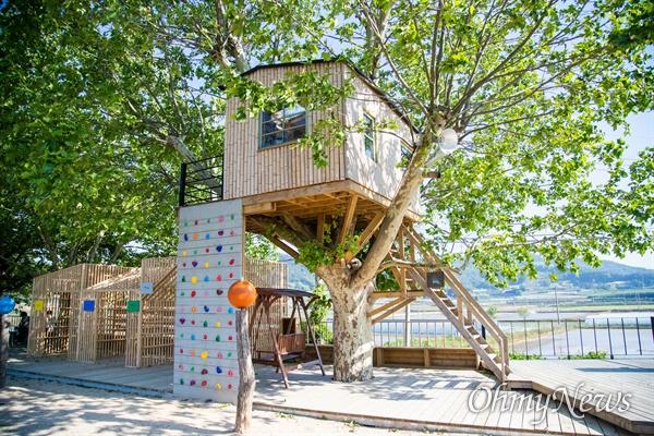 책마을 해리의 입구 옆 플라타너스 나무 위에 대나무로 만든 오두막이 있다. 누구나 책을 읽을 수 있도록 만든 또 하나의 작은 도서관이다.