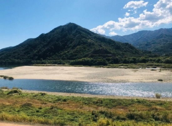 섬진강 주위 하늘과 산과 물은 온통 푸른데 모래밭과 구름이 희게 펼쳐져 선명하게 대비된다.