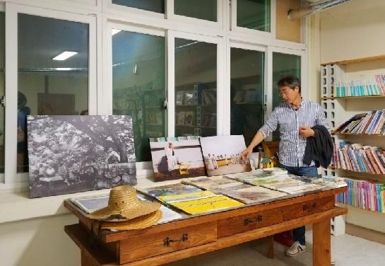 하동군 악양면 악양 생활 문화센터에 협동조합 '주민 공정여행 놀루와'가 있다. 조문환 대표가 자신이 찍은 하동 할머니들 사진을 소개하고 있다.