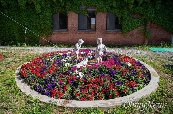 책마을 해리에는 국민학교 시절 세워진 건물과 동상들이 잘 유지 되어 있다. 동상 주변에는 새로 가꾼 꽃밭이 자리 잡고 있다.