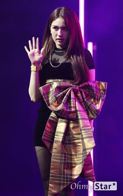 전소미, 선물같은 데뷔 가수 전소미가 13일 오후 서울 마포구의 한 공연장에서 열린 데뷔 싱글 < Birthday(벌스데이) > 발매 기념 쇼케이스에서 포토타임을 갖고 있다. 솔로 아티스트로서 새롭게 태어나는 '전소미'라는 상징적인 의미를 담고 있는 데뷔 싱글 타이틀곡 '벌스데이(BIRTHDAY)'는 히트곡 메이커인 테디의 작품이자 전소미가 공동 작곡에 참여한 곡이다.