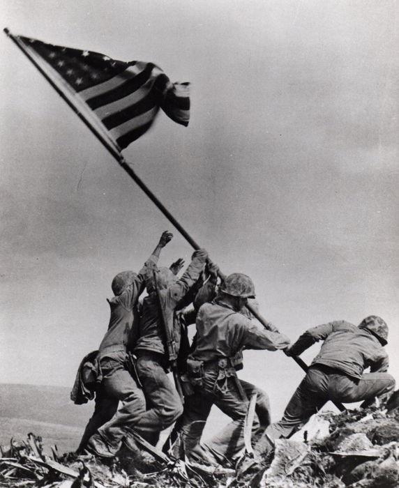 '무조건 항복론'의 상징, 이오지마 전투 1945년 2월, 미군과 일본군 사이의 가장 처절한 전투로 기억되는 이오지마(硫?島) 전투에서 미군이 섬을 탈환하는 장면.