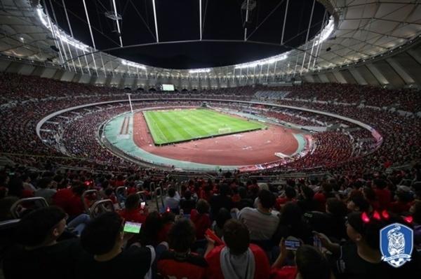 호주와의 A매치 평가전이 열린 부산아시아드주경기장을 가득 메운 축구팬들의 모습
