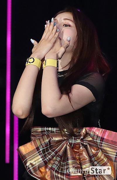 전소미, 대표안무는 보여드릴게요! 가수 전소미가 13일 오후 서울 마포구의 한 공연장에서 열린 데뷔 싱글 < Birthday(벌스데이) > 발매 기념 쇼케이스에서 대표안무를 선보이고 있다. 솔로 아티스트로서 새롭게 태어나는 '전소미'라는 상징적인 의미를 담고 있는 데뷔 싱글 타이틀곡 '벌스데이(BIRTHDAY)'는 히트곡 메이커인 테디의 작품이자 전소미가 공동 작곡에 참여한 곡이다.