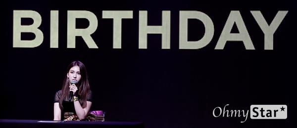 전소미, 오늘은 제2의 생일! 가수 전소미가 13일 오후 서울 마포구의 한 공연장에서 열린 데뷔 싱글 < Birthday(벌스데이) > 발매 기념 쇼케이스에서 기자들의 질문에 답하고 있다. 솔로 아티스트로서 새롭게 태어나는 '전소미'라는 상징적인 의미를 담고 있는 데뷔 싱글 타이틀곡 '벌스데이(BIRTHDAY)'는 히트곡 메이커인 테디의 작품이자 전소미가 공동 작곡에 참여한 곡이다.