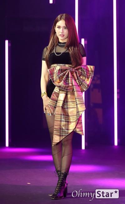 전소미, 드디어 데뷔! 가수 전소미가 13일 오후 서울 마포구의 한 공연장에서 열린 데뷔 싱글 < Birthday(벌스데이) > 발매 기념 쇼케이스에서 포토타임을 갖고 있다. 솔로 아티스트로서 새롭게 태어나는 '전소미'라는 상징적인 의미를 담고 있는 데뷔 싱글 타이틀곡 '벌스데이(BIRTHDAY)'는 히트곡 메이커인 테디의 작품이자 전소미가 공동 작곡에 참여한 곡이다.