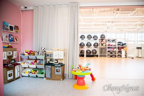 더패밀리랩에서 운영하는 '헤이비 핏 엔 펀 스튜디오'는 출산 후 육아를 중인 여성들이 산후회복 전문운동 프로그램등 교육을 받는 동안 아이돌봄 서비스를 제공한다. 운동 공간 옆에는 아기를 위한 실내 놀이터가 마련 되어 있다.