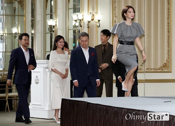 '보좌관' 세상을 움직이는 사람들 13일 오후 서울 논현동의 한 호텔에서 열린 JTBC 새 금토드라마 <보좌관> 제작발표회에서 출연배우들이 포토타임을 갖고 있다. <보좌관>은 세상을 좌지우지하는 리얼 정치 플레이어들의 위험한 도박 및 권력의 정점을 향한 슈퍼 보좌관의 생존기를 그린 드라마다. 14일 금요일 오후 11시 첫 방송.