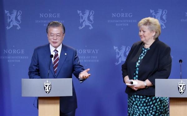 함께 웃는 한-노르웨이 정상 노르웨이를 국빈 방문 중인 문재인 대통령이 13일 오전(현지 시각) 오슬로 총리관저에서 에르나 솔베르그 총리와 공동기자회견을 하고 있다.