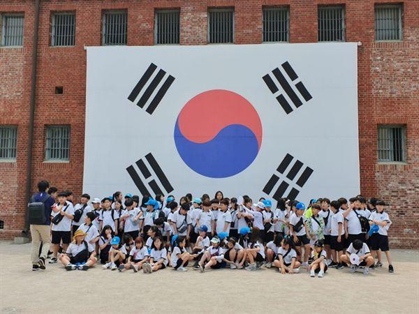 서대문형무소 역사관에서 - 대형 태극기 앞에 모인 어린 학생들