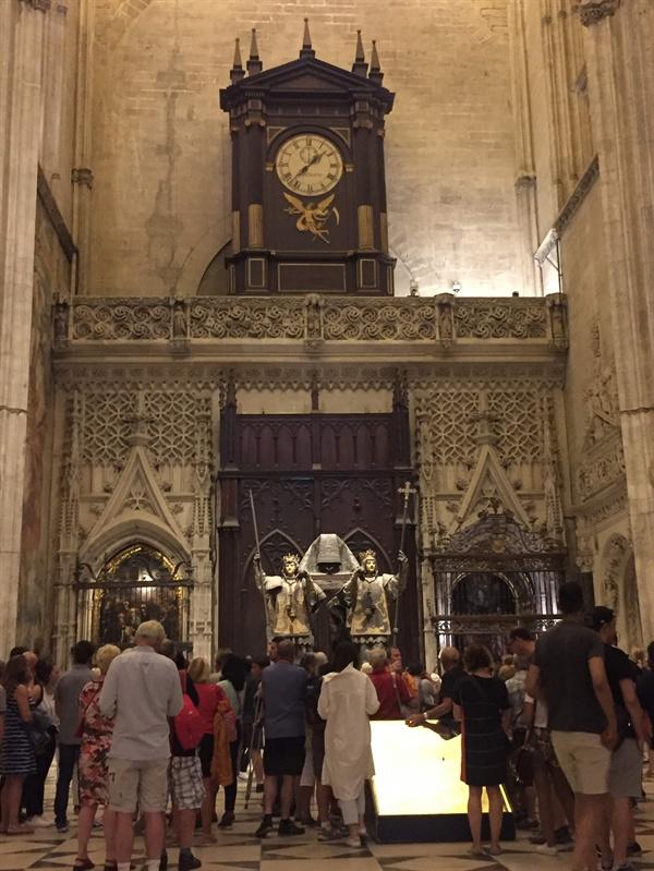 세비야 대성당의 주인은 인간이네요.  성당의 한 켠에 크리스토프 콜럼버스의 무덤이 있습니다. '죽어서도 스페인 땅은 밟지 않겠다'던 그의 유언대로, 관은 스페인을 구성하던 네 개의 왕국 국왕의 어깨에 얹혀 있습니다.