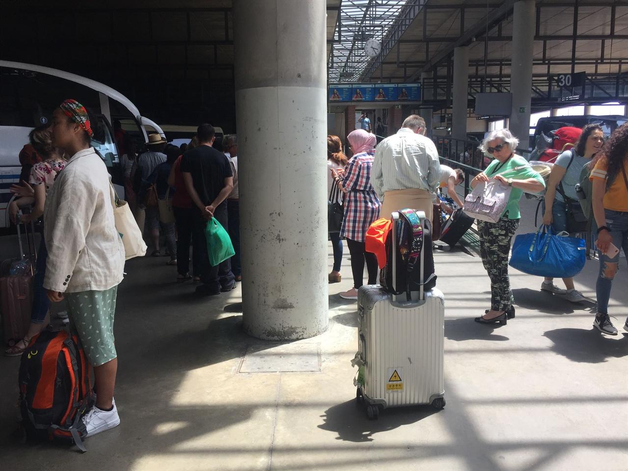 버스를 타고 국경을 넘었습니다.  버스터미널에서 버스를 타고, 포루투갈로 넘어갔습니다. 두시간 반 정도 버스를 탔을 뿐인데, 나라가 바뀌어 있었고 시간이 한 시간 빨라졌어요. 놀라운 경험이었습니다. 우리도, 언젠가, 기대해도 되겠죠?