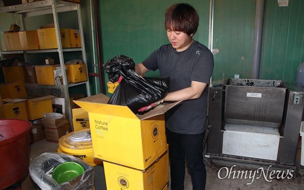 커피큐브 직원이 전국의 카페 주인들이 보내준 커피박을 정리하는 작업을 하고 있다.