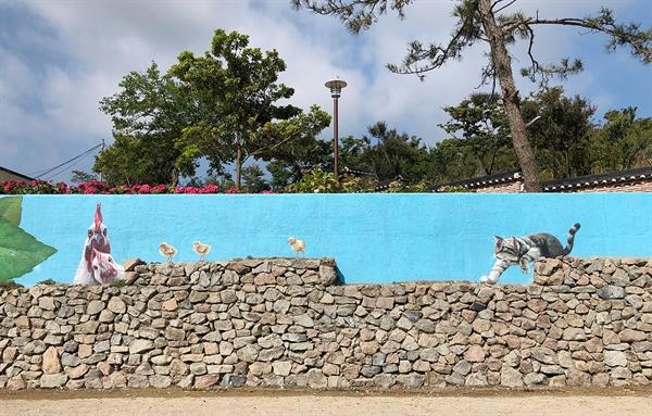 도초도 수국공원 옆 옛 도초서초등학교 담벼락에 그려진 벽화는 한 편의 동화를 보는 것처럼 세밀하다.