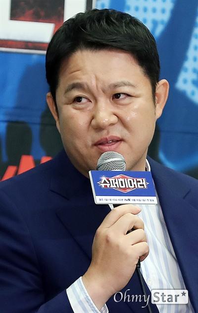 '슈퍼히어러' 김구라, 변치않는 포커페이스 방송인 김구라가 14일 오전 서울 상암동의 한 호텔에서 열린 tvN <슈퍼히어러> 제작발표회에서 프로그램을 소개하고 있다. <슈퍼히어러>는 톱클래스 뮤지션들이 히어러(Hearer)로 출연, 비주얼은 보지 못한 채 오로지 싱어들의 노래만을 듣고 5인의 싱어들 중 주제에 맞는 진짜 싱어를 찾아내는 '귀피셜(자신의 귀를 근거로 한 주장)' 음악 추리 예능이다. 16일 일요일 오후 10시 40분 첫 방송.