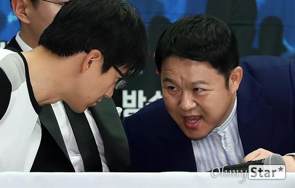 '슈퍼히어러' 김구라, 변치않는 포커페이스 방송인 김구라가 14일 오전 서울 상암동의 한 호텔에서 열린 tvN <슈퍼히어러> 제작발표회에서 민철기 PD와 이야기를 나누고 있다. <슈퍼히어러>는 톱클래스 뮤지션들이 히어러(Hearer)로 출연, 비주얼은 보지 못한 채 오로지 싱어들의 노래만을 듣고 5인의 싱어들 중 주제에 맞는 진짜 싱어를 찾아내는 '귀피셜(자신의 귀를 근거로 한 주장)' 음악 추리 예능이다. 16일 일요일 오후 10시 40분 첫 방송.