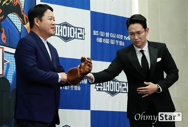 '슈퍼히어러' 장성규-김구라, 밀어주고 끌어주고! 방송인 장성규(오른쪽)가 14일 오전 서울 상암동의 한 호텔에서 열린 tvN <슈퍼히어러> 제작발표회에서 포토타임을 갖는 방송인 김구라를 위해 소품을 챙겨주고 있다. <슈퍼히어러>는 톱클래스 뮤지션들이 히어러(Hearer)로 출연, 비주얼은 보지 못한 채 오로지 싱어들의 노래만을 듣고 5인의 싱어들 중 주제에 맞는 진짜 싱어를 찾아내는 '귀피셜(자신의 귀를 근거로 한 주장)' 음악 추리 예능이다. 16일 일요일 오후 10시 40분 첫 방송.