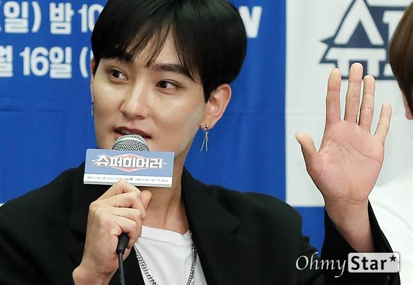 강타, 슈퍼싱어의 '슈퍼히어러' 가수 강타가 14일 오전 서울 상암동의 한 호텔에서 열린 tvN <슈퍼히어러> 제작발표회에서 프로그램을 소개하고 있다.  <슈퍼히어러>는 톱클래스 뮤지션들이 히어러(Hearer)로 출연, 비주얼은 보지 못한 채 오로지 싱어들의 노래만을 듣고 5인의 싱어들 중 주제에 맞는 진짜 싱어를 찾아내는 '귀피셜(자신의 귀를 근거로 한 주장)' 음악 추리 예능이다. 16일 일요일 오후 10시 40분 첫 방송.