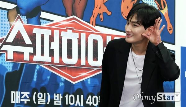 강타, 슈퍼싱어의 '슈퍼히어러'  가수 강타가 14일 오전 서울 상암동의 한 호텔에서 열린 tvN <슈퍼히어러> 제작발표회에서 포토타임을 갖고 있다.  <슈퍼히어러>는 톱클래스 뮤지션들이 히어러(Hearer)로 출연, 비주얼은 보지 못한 채 오로지 싱어들의 노래만을 듣고 5인의 싱어들 중 주제에 맞는 진짜 싱어를 찾아내는 '귀피셜(자신의 귀를 근거로 한 주장)' 음악 추리 예능이다. 16일 일요일 오후 10시 40분 첫 방송.