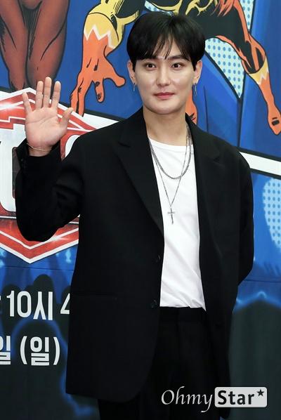 '슈퍼히어러' 강타, 원조 아이돌의 황금귀! 가수 강타가 14일 오전 서울 상암동의 한 호텔에서 열린 tvN <슈퍼히어러> 제작발표회에서 포토타임을 갖고 있다.  <슈퍼히어러>는 톱클래스 뮤지션들이 히어러(Hearer)로 출연, 비주얼은 보지 못한 채 오로지 싱어들의 노래만을 듣고 5인의 싱어들 중 주제에 맞는 진짜 싱어를 찾아내는 '귀피셜(자신의 귀를 근거로 한 주장)' 음악 추리 예능이다. 16일 일요일 오후 10시 40분 첫 방송.
