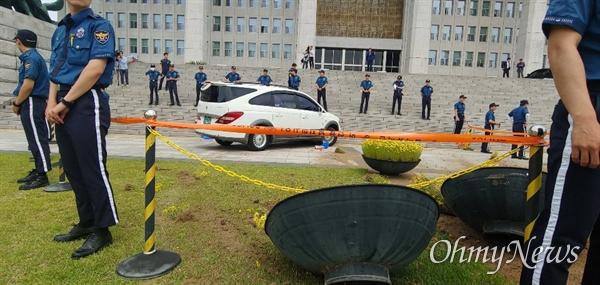 40대 남성이 14일 오전 서울 여의도 국회 본청 앞으로 차량을 몰고 돌진했다. 이 차량은 본청 앞 화단 여러 개를 쓰러뜨린 후 본청 계단과 충돌하며 멈췄다.