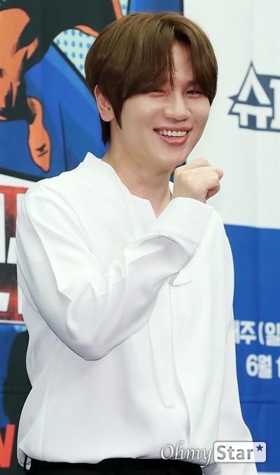 '슈퍼히어러' 케이윌, 5년만에 예능 가수 케이윌이 14일 오전 서울 상암동의 한 호텔에서 열린 tvN <슈퍼히어러> 제작발표회에서 포토타임을 갖고 있다.  <슈퍼히어러>는 톱클래스 뮤지션들이 히어러(Hearer)로 출연, 비주얼은 보지 못한 채 오로지 싱어들의 노래만을 듣고 5인의 싱어들 중 주제에 맞는 진짜 싱어를 찾아내는 '귀피셜(자신의 귀를 근거로 한 주장)' 음악 추리 예능이다. 16일 일요일 오후 10시 40분 첫 방송.