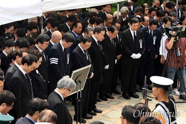 고 이희호 여사의 안장식이 열린 4일 서울 동작구 현충원 김대중 전 대통령의 묘역에서 참석자들과 유가족들이 묵념을 하고 있다.