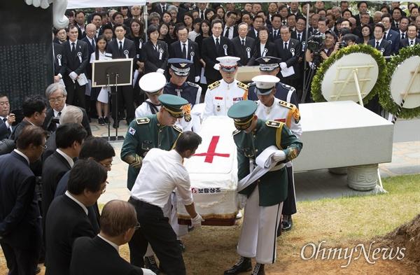 국군 의장대가 14일 오전 서울시 동작구 국립서울현충원에서 열린 김대중 전 대통령의 부인 고 이희호 여사의 안장식에서 운구하고 있다.