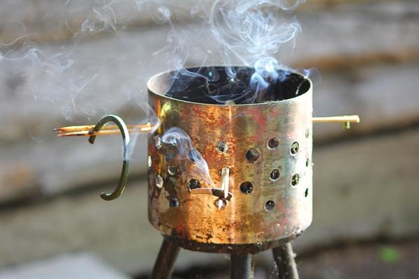 모기향은 하얀 연기를 한 줄로 피우고 회색 재를 떨궜다.