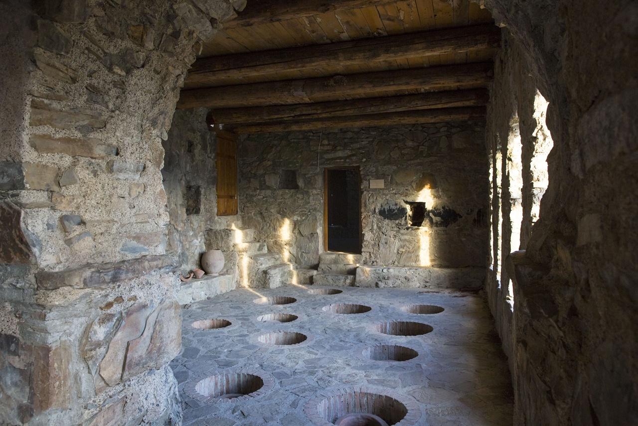 네크라시 수도원의 마라니(와인저장고)    와인은 조지아 기독교에도 깊은 흔적을 남겼다. 전례에 사용하는 와인은 수도원에서 제조한 레드와인(제다쉬)만 사용하였다.