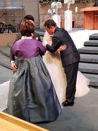 임재훈 바른미래당 의원은 탈북한 20대 남매를 수양 가족으로 삼은 뒤 북한인권에 관심을 갖게 됐다. 지난해 11월, 딸 결혼식에서 딸을 안아주는 임 의원 모습(오른쪽).