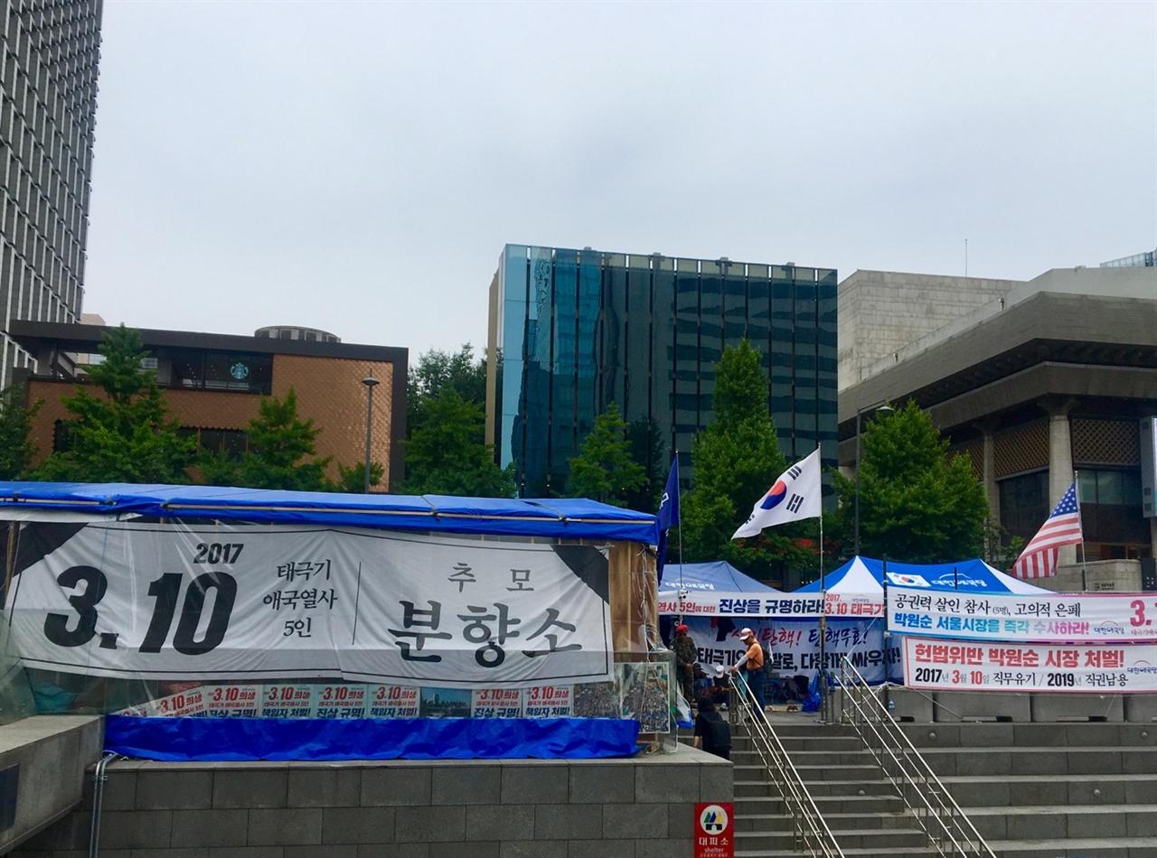 14일 광화문 광장에 설치된 대한애국당 농성천막 사진이다.  서울시는 지난 7일 애국당 측에 세 번째 계고장을 보내 13일 오후 8시까지 자진 철거할 것을 통보한 바 있다.