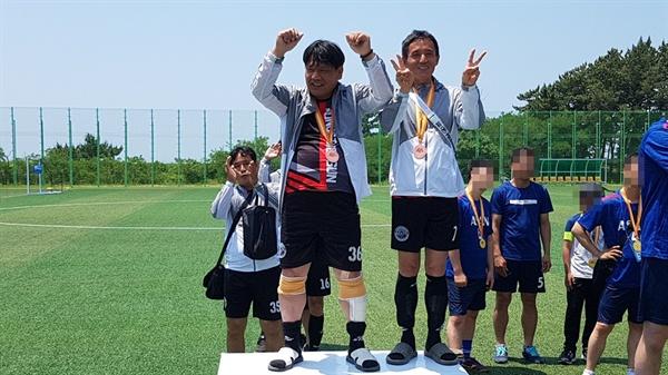제25회 충청남도장애인체육대회 축구대회에서 우승한 홍성군 선수들이 포즈를 취하고 있다.