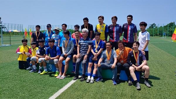 15일 충남장애인체육대회 축구종목이 끝난 가운데, 대회에 출전한 선수와 관계자 그리고 자원봉사자들이 포즈를 취하고 있다.