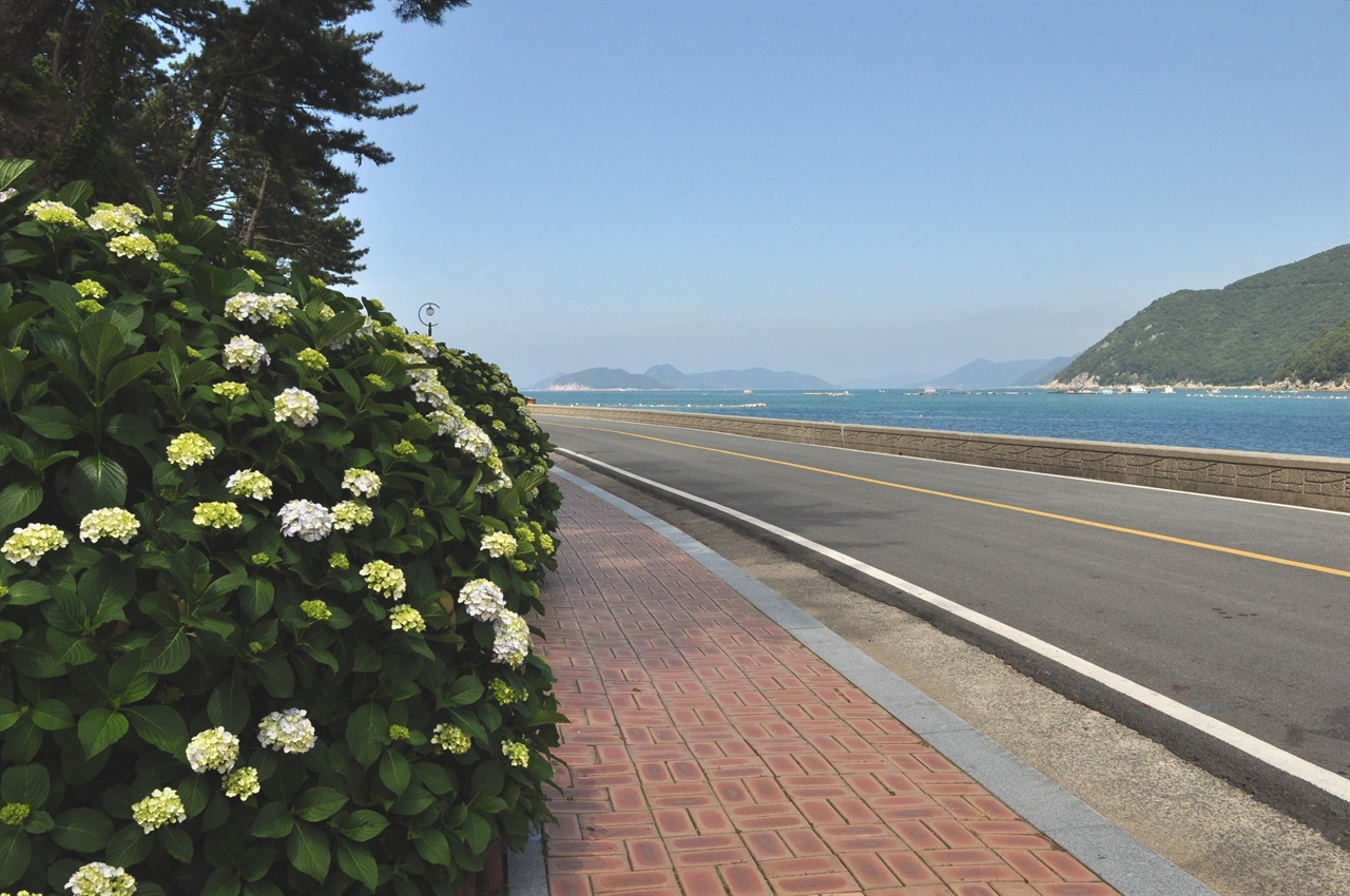 수국동산에서 바다를 따라 걷는 길. 바로 곁에 명사해수욕장이 있다.