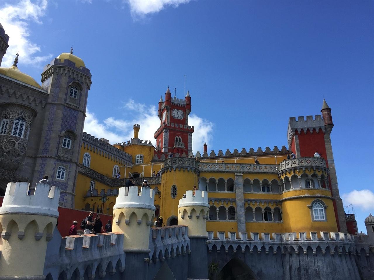 와! 정말 장난감처럼 예쁜 페나 성이예요.  놀이공원의 성들보다 더 비현실적인 성이었어요. 어찌나 알록달록한 원색의 향연인지! 그런데, 이 곳에서 포르투갈의 마지막 왕이 실제로 집무를 봤다고 하네요. 정말 예뻤어요!