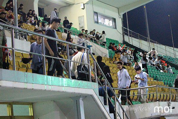 U-20 월드컵 축구 결승전 응원을 위해 관중석으로 모이는 시민들 모습