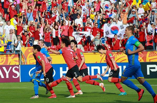 15일 오후(현지시간) 폴란드 우치 경기장에서 열릴 2019 국제축구연맹(FIFA) 20세 이하(U-20) 월드컵 결승에서 이강인이 전반 패널티 킥을 성공한 뒤 동료들과 기쁨을 나누고 있다.