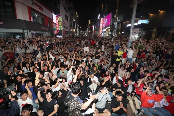 16일 오전 부산 서면 젊음의 거리를 가득 메운 축구팬들이 2019 국제축구연맹(FIFA) 20세 이하(U-20)월드컵 결승 한국과 우크라이나 경기에서 한국 이강인이 첫 골을 터트리자 환호하고 있다.